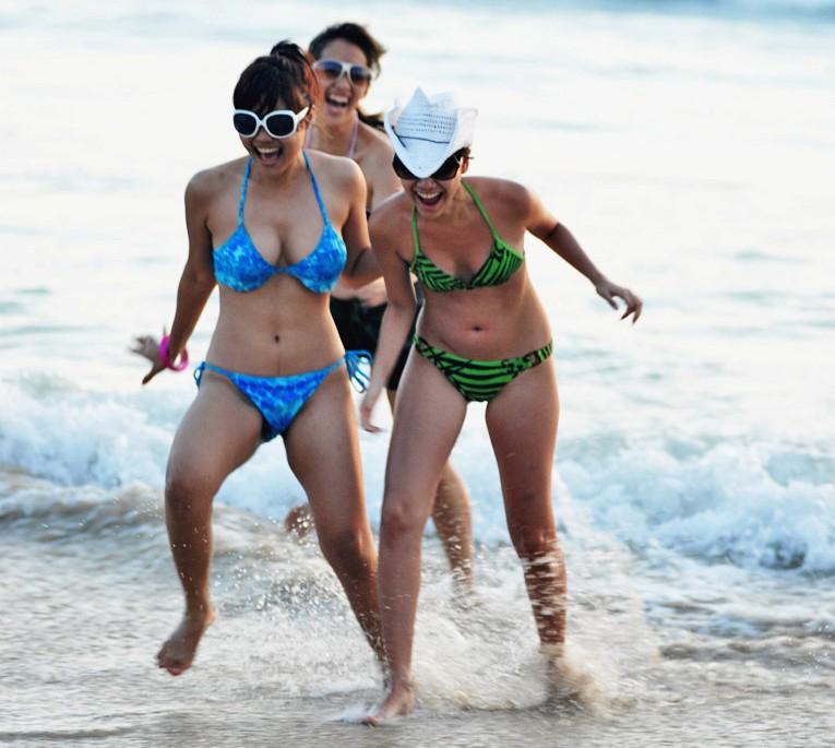 foto artis setengah telanjang pakai pakaian renang